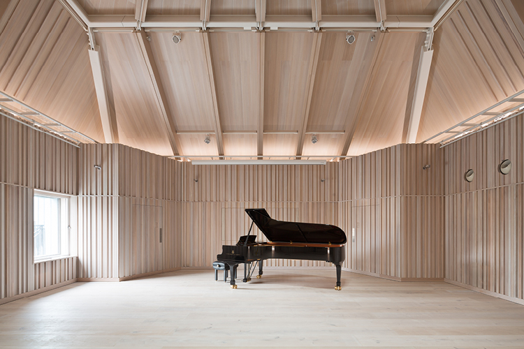 <p>The new recital hall is lined with lime-washed oak. © Ian Ritchie Architects</p>