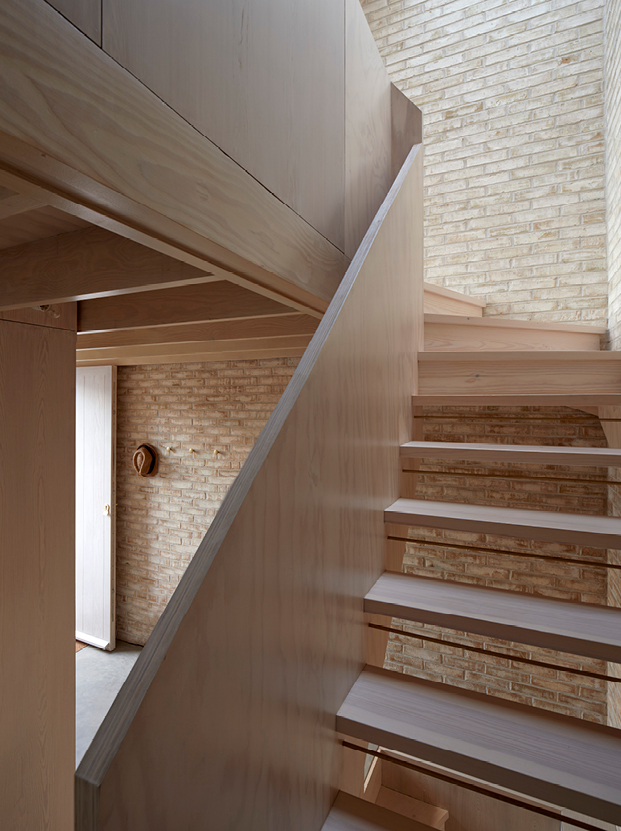 <p>The staircase has a structural balustrade of laminated plywood. Photography: © Edmund Sumner</p>