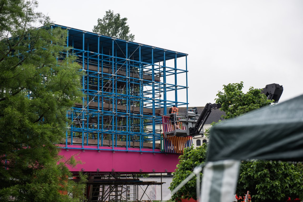 <p>Panels of painted battens were fixed to the lattice. Photography © Jack Storey</p>