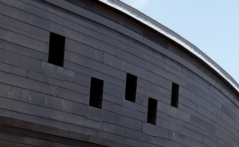 <p>The curved walls of the museum are clad with cedar planks of random lengths and widths.</p> <p><span>©</span><span> </span><span>Luke Hayes</span></p>