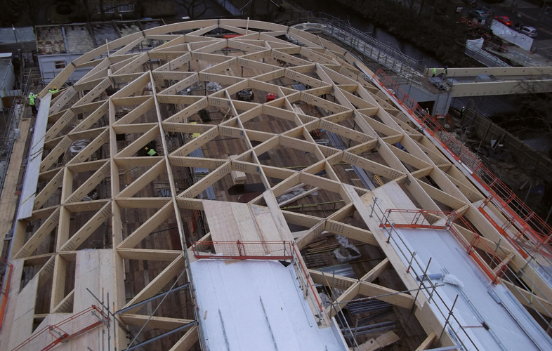 <p><span>The structural deck is being fixed above the diagrid.</span></p> <p><span>© Expedition Engineering </span></p>