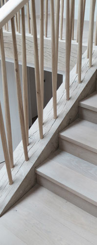 <p>Tapered oak spindles, splayed for rigidity, are dowelled directly into the oak stringer beam. © Johan Dehlin</p>